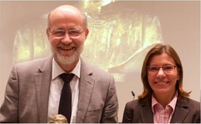 Foto von Harald Lesch und Kathrin Righi bei der Preisverleihung